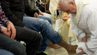Photo of Pope Washes Feet of Two Girls, Two Muslims at Youth Prison