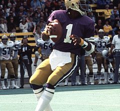 Photo of It's Time For The University Of Washington To Retire Warren Moon's Jersey