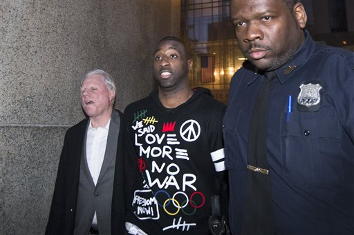 New York Knicks point guard Raymond Felton, center, leaves Manhattan Criminal Court after his arraignment, Tuesday, Feb. 25, 2014, in New York. Felton was arrested Tuesday on weapons charges after a lawyer for Felton's wife turned in a loaded gun allegedly belonging to the basketball star, saying she didn't want it in her home, police said. (AP Photo/John Minchillo)