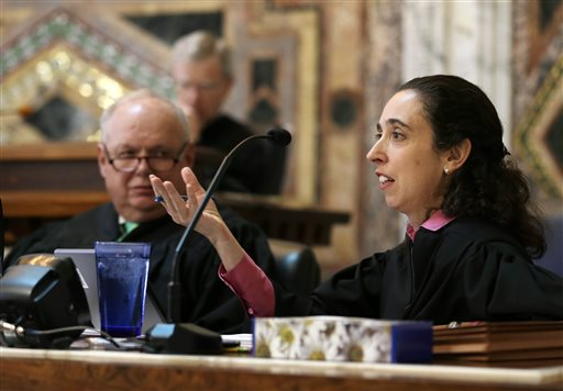 Circuit Judge Michelle T. Friedland, right, gestures while questioning Barry Bonds' attorney, Dennis Riordan, before an 11-judge panel of the 9th U.S. Circuit Court of Appeals Thursday, Sept. 18, 2014, in San Francisco. Listening at left is Circuit Judge N. Randy Smith. Nearly 11 years after Barry Bonds testified before a grand jury investigating the illegal distribution of performance-enhancing drugs, a group of judges heard arguments Thursday on whether baseball's career home-run leader should have his obstruction of justice conviction thrown out. (AP Photo/Eric Risberg, Pool)