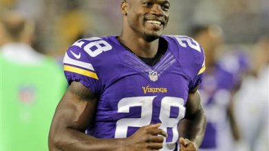 Photo of AP Source: Adrian Peterson Tells Coach He Won't Be at OTAs