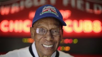 Photo of Chicago Cubs Hall of Famer Ernie Banks Dies at 83