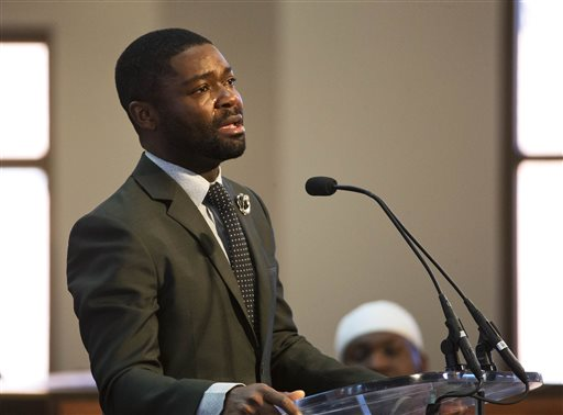 """Actor David Oyelowo, who portrays the Rev. Martin Luther King Jr. in the movie """"Selma,"""" cries as he speaks during a service honoring King at Ebenezer Baptist Church, where King preached, Monday, Jan. 19, 2015, in Atlanta. (AP Photo/David Goldman)"""