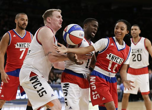Photo of Mo'ne Davis Outshines Kevin Hart at Celebrity All-Star Game