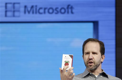 "Microsoft Principal Program Manager Scott Hanselman speaks at Microsoft's annual ""Build"" conference in San Francisco, Wednesday, April 29, 2015. While Microsoft has already previewed some aspects of the new Windows 10, a parade of top executives will use the conference to demonstrate more software features and app-building tools, with an emphasis on mobile devices as well as PCs. (AP Photo/Jeff Chiu)"