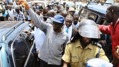 Photo of Ugandan Police Detain the President's 2 Top Opponents