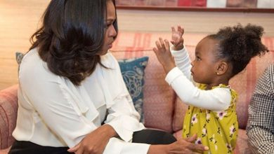 Photo of Michelle Obama Meets Toddler Awed by Museum Portrait