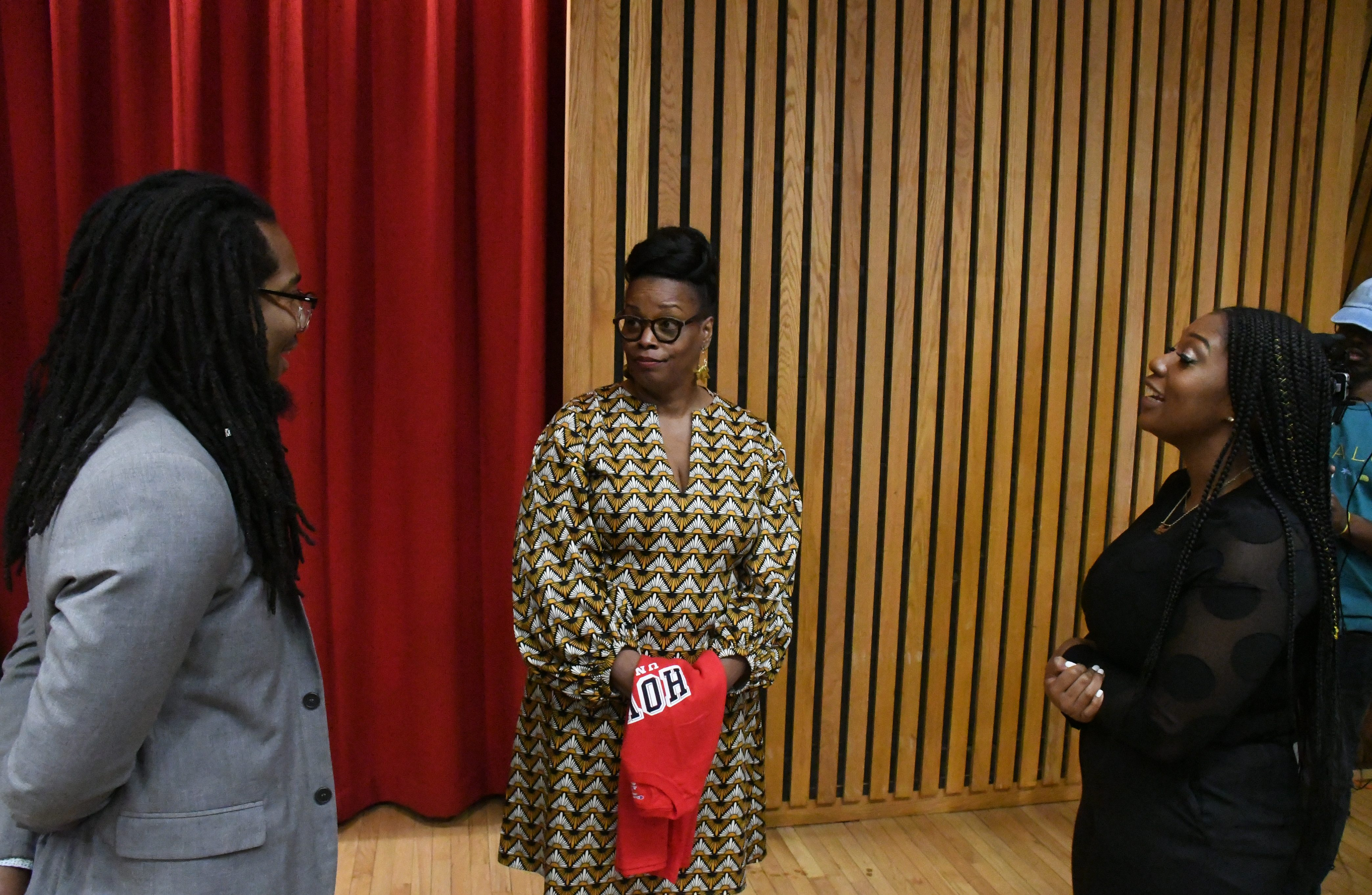 Diane Reeves shares her success story with jazz students Peter Roberts and Jillian Willis during a master class at Howard University on April 17, 2018. (Roy Lewis/The Washington Informer)