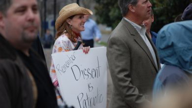 """A woman holds a handwritten sign reading """"Remember: Dissent is Patriotic"""" during a tea party rally in Nashville, Tenn., on Feb. 27, 2009. (Kevin Smith via Wikimedia Commons)"""
