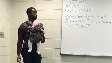 Photo of College Professor Lauded for Holding Baby for Student During Class