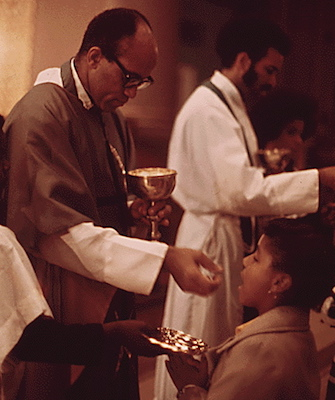 Rev. George. H. Clements gives Holy Communion in Chicago in 1973. (Courtesy of Wikimedia Commons)