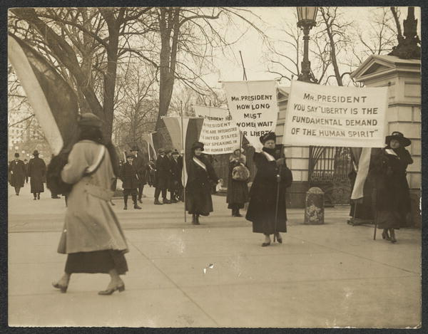 Suffragists protest at the White House. (University of Washington Photo Archives)
