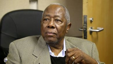 Photo of Hank Aaron, Baseball Legend and Former MLB Home Run King, Dies at 86